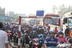 Ảnh: Tài xế dùng tiền lẻ mua vé, trạm BOT Biên Hòa quyết không xả cửa