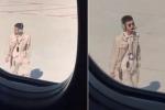 Gây sốt mạng xã hội vì đẹp trai như nam thần, nhân viên sân bay bị trừ lương