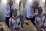 Xúc động clip cụ ông chải tóc cho cụ bà trong buổi chụp ảnh kỷ niệm 50 năm ngày cưới