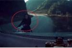 Clip: Xe máy đổ đèo ôm cua căng đét, lao như tên lửa vào bánh ô tô