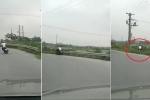 Xem xe máy ôm cua bất thành, phi thẳng xuống vườn chuối