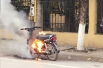 Người vi phạm đốt xe máy ngay trước trụ sở công an phường