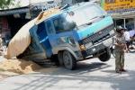 Xe ben bị sụp xuống 'hố tử thần' trên đường ở TPHCM