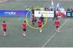 Video: Va chạm trên sân phủi, cầu thủ tung cước, ném giày định hành hung trọng tài