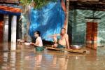 Nắng nóng gay gắt, dân xứ Nghệ vẫn đầm mình trong nước lũ