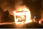 Clip: Xe khách giường nằm cháy ngùn ngụt trên quốc lộ 6 ở Sơn La