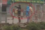 Clip: Vượt đèn đỏ, 2 thanh niên bị CSGT Thái Nguyên phạt đứng điều hành giao thông