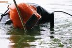 Ảnh: Người nhái ngụp lặn dưới nước lạnh rà phá bom mìn ở Hồ Gươm