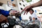 Người dân chịu thiệt giá xăng, ai chịu trách nhiệm?