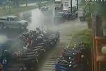 Ôtô xô đổ hàng loạt xe máy như domino