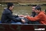 Du khách ngang nhiên đánh bài ăn tiền trên thuyền ở chùa Hương