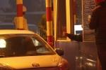 Video: Tài xế trả tiền lẻ siêu chậm tại BOT quốc lộ 5