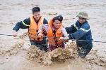 Cảm động hình ảnh các chiến sĩ cảnh sát băng mình qua lũ dữ cứu dân