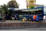 Xe khách chở 40 người tông sập dải phân cách, lao vào nhà dân, nhiều người thoát chết