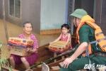 Hà Tĩnh: Nước rút chậm, người dân tiếp tục run rẩy sống trên mái nhà