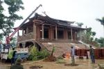 Video: 500 người cùng máy xúc, xe cẩu phá dỡ cung điện thờ thiên ở Ba Vì
