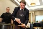 Ảnh: Bộ trưởng Nông nghiệp Bỉ vào bếp rán khoai, cắt thịt giới thiệu ẩm thực địa phương