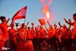 Video: CĐV đốt pháo sáng ngoài sân Mỹ Đình suốt 2 tiếng trước trận Việt Nam vs Malaysia