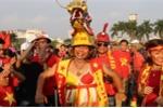 Video: CĐV 59 tuổi đội đầu rồng, mặc áo yếm đến sân mỹ đình cổ vũ cho tuyển Việt Nam