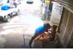 Ngang nhiên cướp điện thoại của mẹ, đẩy con ngã ngay trước cửa nhà