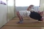 Video: Phì cười chú chó tranh làm 'huấn luyện viên thể hình' cho chủ