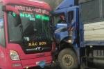 Ô tô khách chở 20 người đâm trực diện xe tải trên đường quốc lộ