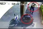 Clip: Cảnh sát vừa nghe điện thoại, vừa bắn cướp ngã gục tại chỗ