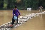 Video: Thót tim cảnh người già, trẻ nhỏ ở Lạng Sơn vượt sông trên những cây tre như làm xiếc