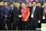 Thủ tướng, Chủ tịch Quốc hội xuống sân chúc mừng đội tuyển Việt Nam vô địch AFF Cup 2018