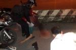 Video: Thanh niên say xỉn lái xe máy đâm vào giải phân cách gục tại chỗ