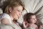 Trẻ sơ sinh ngủ chung với mẹ: Nguy cơ rình rập hay chìa khóa để trẻ bú mẹ dài lâu?