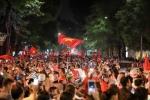 CĐV ăn mừng chiến thắng của đội tuyển: Đừng để 'đi bão' trở thành trào lưu