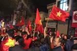 Clip: Hàng ngàn CĐV nhuộm đỏ đường phố, hô vang 'Việt Nam vô địch!'