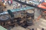 Video: Xe tải chở 6 tấn đất đá phóng nhanh, đổ lật đè chết người bán vé số