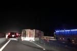 Video: Xe khách gặp nạn, lật ngang trên cao tốc Hà Nội-Hải Phòng