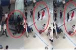 Video: Nam thanh niên hung hăng xông vào tát, đạp ngã nữ nhân viên hàng không