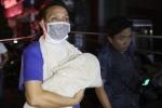Cháy lớn ở Đê La Thành: Nhiều người hoảng loạn bế trẻ sơ sinh chạy khỏi Bệnh viện Nhi