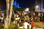 Ảnh: Người dân TP.HCM mệt mỏi tìm chỗ ăn nghỉ, ngả lưng giữa phố chờ xem pháo hoa