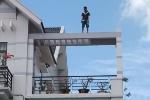 Nam thanh niên nghi 'ngáo đá' nhảy lên mái nhà