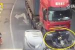 Clip: Ngã vào điểm mù của xe tải, người đi xe máy sống sót kỳ diệu
