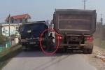 Thót tim clip 2 bé gái đi xe đạp bị 'kẹp chả' giữa 2 xe tải