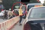 Clip: Tài xế ô tô tranh thủ tập thể dục lúc chờ đèn đỏ khiến dân mạng phì cười
