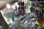 Clip: Thanh niên lao xe làm vỡ toang cửa kính shop quần áo và cái kết ấm lòng