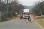 Clip: Thanh niên đầu trần chạy xe máy lạng lách, đâm sầm vào xe tải