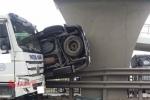 Xe ô tô con bị tông bay lên dải phân cách trên quốc lộ 5, 3 người nhập viện