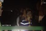 Sợ bị cảnh sát bắt vì chở quá tải, bố giấu 3 con trong bụi cỏ