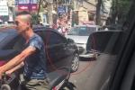 2 ô tô thi gan giữa trời nắng nóng, xe máy chật vật tìm lối đi