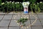 Xếp nến, đặt hoa trắng tưởng niệm bé lớp 1 trước cổng trường Gateway
