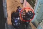 Clip: Chủ quan khi mở cốp xe máy, cô gái bị cướp giật đồ trong nháy mắt
