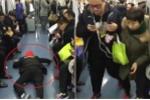 Nam thanh niên giành ghế ngồi trên tàu điện bằng chiêu ăn vạ 'lầy lội'